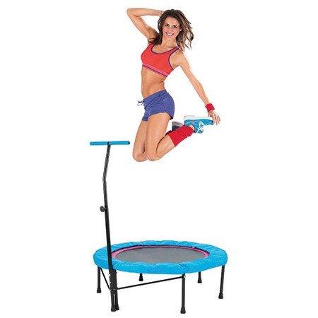 fitness springt op de trampoline